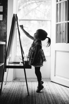 Black & White Photography - Little Artist I wish I had gotten this picture before Myla grew tall enough to reach EVERYTHING Lifestyle Fotografie, Lifestyle Photography, Family Photography, Cute Children Photography, Painter Photography, Little Girl Photography, Artistic Photography, Amazing Photography, Poses