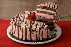 Clique, faça hoje mesmo esta receita de Bolo de travessa com chocolate branco decorado com cerejas e arrase na sobremesa!