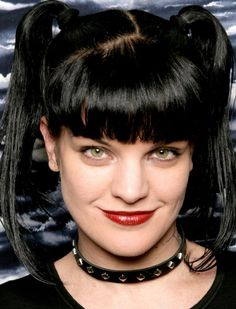 Pauley Perrette (Abby Sciuto in NCIS) looking at Maj. Mass Spec n talking lab work! Serie Ncis, Ncis Tv Series, Serie Tv, Ncis Abby Sciuto, Pauley Perrette Ncis, Pauley Perette, Ncis Characters, Wallpaper Collection, Ncis Cast