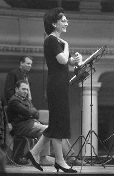 Maria Callas in 1959 during rehearsals for the recording of Donizetti Lucia di Lammermoor, in the church of Kingsway Hall in London Maria Callas, Opera Music, Opera Singers, Opera News, Heaviest Woman, Wall Of Fame, Beautiful Voice, Iconic Women, Fotografia