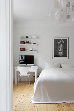 I usually don't love a #homeoffice in a #bedroom, but if you have to do it, THIS is how you do it! So clean, so serene!