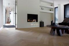 Frans eiken parket | visgraat patroon | onbehandelde uitstraling | woning ontwerp Bob Manders | doorlopende ruimtes | strakke gashaard | eigentijdse vloer | opgeleverd door BVO Vloeren