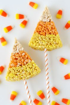 Candy corn rice krispie treats -so cute! These cute and creative Candy Corn Krispie Treats are perfect for fall and Halloween parties! Traditional rice krispies treats get a festive fall update! Halloween Desserts, Postres Halloween, Halloween Goodies, Holidays Halloween, Halloween Treats, Halloween Party, Vintage Halloween, Halloween Recipe, Halloween Ghosts