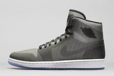 Nike mixe l'effet filet de la Jordan IV sur la silhouette de la Jordan I, pour un look futuriste qui conclura en beauté l'année 2014. #Nike