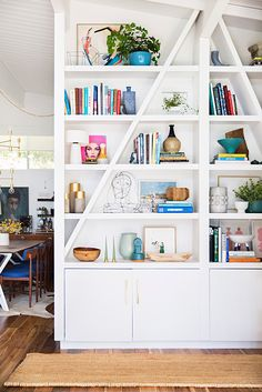 Bookshelf styling at the home of Emily Henderson. Bookshelf Styling, Bookshelves Built In, Book Shelves, Built Ins, Bookshelf Ideas, Bookcases, White Bookshelves, Bookshelf Design, White Shelves