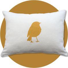 Coussin en lin blanc avec un oiseau peint au pochoir, couleur moutarde.