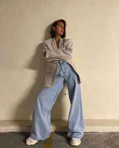 How to style a pair of oversized jeans. How to wear a beige blazer and wide leg jeans during fashion week. Can I wear sneakers to fashion week? How to style a blazer and sneakers outfit for a casual day out? How to wear a blazer and baggy jeans in summer. Look Fashion, 90s Fashion, Winter Fashion, Fashion Outfits, Tennis Fashion, Stylish Outfits, Cute Outfits, Looks Style, My Style
