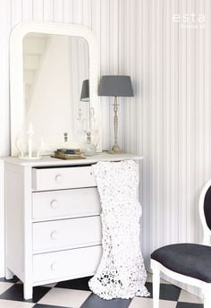 Esta tapetti Stripes on elegantti ja klassinen valinta - Esta wallpaper Stripes is an elegant and classic choice