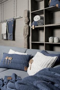Knitting Patterns Pillow Rough knitted pillows …, you are done with thick wool! – Page 2 of 11 – DIY Bastelid … throw pillows, blanket, sofa organizer accessories in blue and white with stone and leather button details Lovely knitted set of pillow