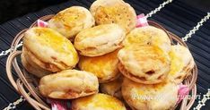 Pogacele cu jumeri 2 Pretzel Bites, Hamburger, Muffin, Food And Drink, Bread, Breakfast, Bakken, Morning Coffee, Brot