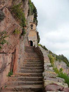 L'escala que s'enfila cap a l'església de la Mare de Déu de Montgrony, prop de Gombrèn, al Ripollès (Catalonia)