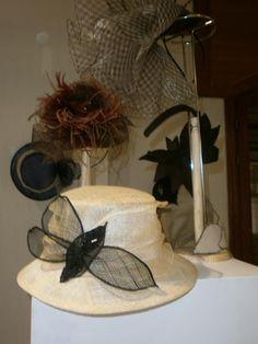 Exposición sombreros y tocados de Lourdes de Orduña en Hoyo de Manzanares