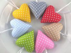 Schöne *Herzen* zur eigenen Dekoration oder für einen lieben Menschen Deiner Wahl!  7 Herzen aus Baumwolle in unterschiedlichen Farben mit weißen Punkten, mit Wachsperle und Aufhängung. Gefüllt...