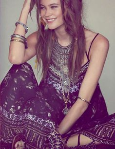 ╰☆╮Boho chic bohemian boho style hippy hippie chic bohème vibe gypsy fashion indie folk the . Hippie Look, Style Hippie Chic, Look Boho, Gypsy Style, Bohemian Style, Bohemian Fashion, Modern Gypsy Fashion, Bohemian Outfit, Dark Bohemian