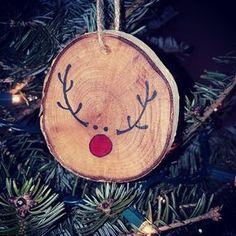 Entzückende Rudolph Ornament auf Birkenholz Jedes Stück ist handgefertigt, was bedeutet, dass keine zwei Elemente identisch sind. Holz-Knoten, Farben & Größen variieren Wir hoffen, dass Sie Ihre einzigartige Wunschbestellung genießen