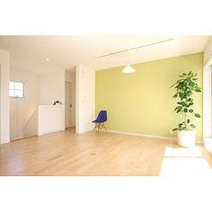 女性で、3LDKの、Bedroom/イームズ/子供部屋/アクセントクロス/ペンダントライト/フリースペース/CLASKA/フィカスアルテシマ/ベッド周りではないですが/観葉植物は展示用のリースです/カメラマンさんが撮影したやつ/2階は経費削減☆合板フローリングについてのインテリア実例。 「階段のぼっていきなり...」 (2015-04-04 04:21:42に共有されました)