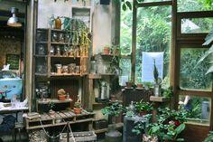 Paris. Le Comptoir Général. Nascosto in un piccolo vicolo del 10○ arrondissement,  un eclettico museo vivente invita ad immergersi nella creatività