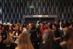 Prédio da Bienal cheio de gente que, assim como a Vionee, adora moda! [Marco Dutra]