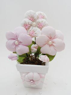 Lindo vaso de flores em tecido modelo amor-perfeito.     Você pode decorar o quarto, nicho, mesinha ou prateleira.     O vaso possui 3 flores, 3 botões e folhas (acompanha  musgos) o vaso é de mdf branco.     As cores devem ser escolhidas no mostruário(link em azul) pois algumas estampas podem te...