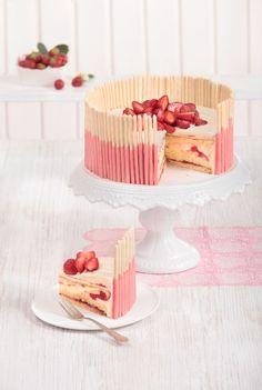 Erdbeertorte mit weißer Schokolade. Strawberry cake with white chocolate. ©️️ MIG; Foto: Maike Jessen; Foodstyling: Nicole Reymann für Sweet Dreams