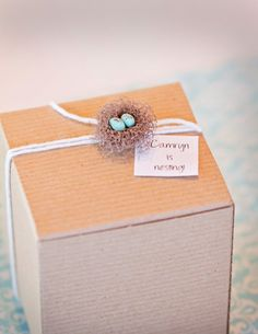 cute gift wrapping idea for a baby shower gift - tiny nest with tiny eggs Baby Shower Menu, Baby Shower Cookies, Baby Shower Themes, Baby Shower Decorations, Baby Shower Gifts, Shower Ideas, Gifts For Teens, Gifts For Friends, Cute Gift Wrapping Ideas