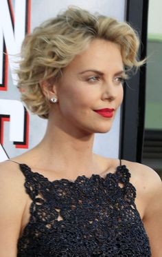 20 different wavy pixie cuts. List of different wavy pixie hairstyles to try this season. Best comfortable and lovely pixie hairstyles. Pixie Cut Curly Hair, Short Wavy Pixie, Short Hair Cuts, Curly Hair Styles, Pixie Bangs, Pixie Crop, Blonde Pixie, Pixie Styles, Ash Blonde