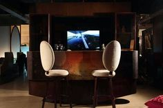 La Sorogeeka, the high-end and modern luxurious interior solution brand brings an exclusive and complete residential suite ''Panache'' to give a style statement to your home. Bespoke Furniture, Luxury Furniture, Bar Console, Latest Tech Gadgets, Dinning Table, Egg Chair, Luxury Interior, Armchair, Sofa