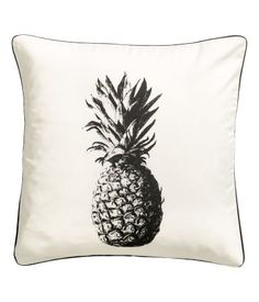 White/pineapple. Cushion cover in cotton twill with a printed pineapple motif, contrasting piping, and a concealed zip.