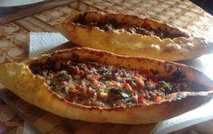 Пиде или лодочки с начинкой  Пиде — блюдо турецкой кухни, готовится из дрожжевого теста с разнообразной мясной начинкой. Я использовала куриное филе для фарша, но хорошо подойдёт говядина. Перец по рецепту берётся сладкий и горький, я всё добавляла по своему вкусу. Тесто получается очень интересным, сначала хрустящим, а потом становится мягким. Если пиде держать в закрытом виде, то они долго остаются мягкими.