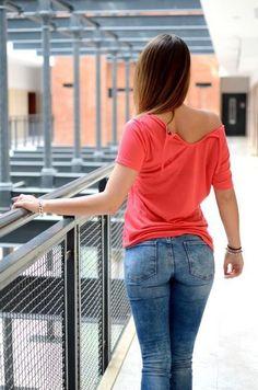 Bluzka z jednokolorowego materiału z wiązaniem na plecach, posiada z przodu nadruk. Modny design i niepowtarzalny wygląd, doskonała do uzupełniania wielu codziennych stylizacji.