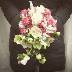 Bouquet della sposa con rose, muscari bianchi ed Elleboro. Muscari, helleborus and roses. Bride bouquet. Italian wedding. Made in italy. Www.fiordifragolastyle.com