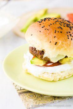 Nema do dobrog burgera! / Nothing like a good burger! Eat Burger, Good Burger, Burger Bite, Hamburgers, Wine Craft, Food Truck, Fine Dining, Food Photo, Gourmet Recipes
