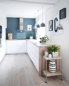 kitchen-cuisine-blanc-bleu-bois-hotte-intox-tapis-plante-suspension-beton-credence-verre-cadre - The world's most private search engine Küchen Design, House Design, Interior Design, Design Ideas, Kitchen Interior, Kitchen Decor, Kitchen Ideas, Kitchen Planning, Kitchen Colors
