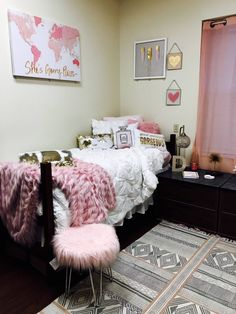 If you need ideas for cute dorm rooms, here are tons of cute dorm room decor ideas that will give you inspiration! These chic and cute dorm room ideas are affordable and perfect for a student budget. Ole Miss Dorm Rooms, Cute Dorm Rooms, Pink Dorm Rooms, Dorm Room Designs, Dorm Room Organization, College Dorm Rooms, College Life, My New Room, Dorm Decorations