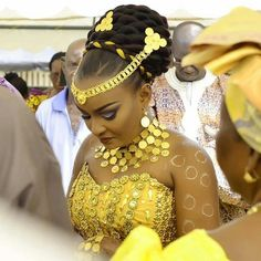 Golden💛💛💛 Via Ivorian Weddings Makeup: by Institut De Beaute Eliphèle Photo: Sidoine photography Coast Source by aicha_sang African Wedding Attire, African Attire, African Wear, African Women, African Dress, Traditional Wedding Attire, African Traditional Wedding, Traditional Weddings, African Print Fashion