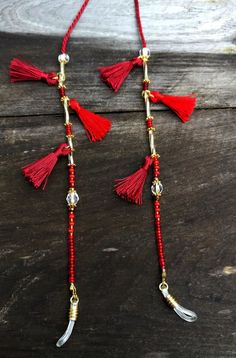 Beautiful DARK RED WINTERDREAM shadeloops with handmade tassels and beautiful pearls: * darkred cord * red, gold, brown Rope Jewelry, Beaded Jewelry, Handmade Jewelry, Beaded Bracelets, Diy Leather Bracelet, Eyeglass Holder, Bracelet Crafts, Glass Necklace, Eyeglasses