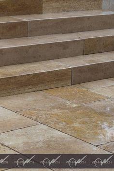 Blockstufen und Terrassenplatten aus Travertin Noce. #wohnrausch #travertin #natursteine #terrassenplatten #mauersteine #fliesen #sichtschutz #wandverkleidung #garten