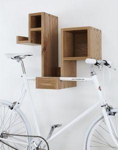 13. Un estante de cualquier forma, pero con un agregado para poder colgar la bici:
