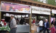 Büffel, Rentier, Elch-Wurst... all das wird auch auf dem Markt angeboten. Foto: Doris Thai Ice, Thai Recipes, Iced Tea, Reindeer, Sausage, Food, Moose, Meal, Sausages