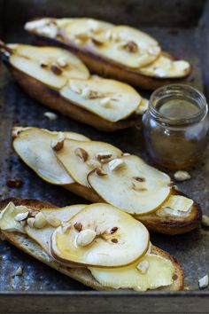 Pear and camembert bruschetta My Favorite Food, Favorite Recipes, Healthy Recepies, Good Food, Yummy Food, Clean Eating Snacks, Chilli, Finger Foods, Food Inspiration