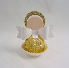 This round up shows you creative ways to gift Ferrero Rocher chocolates. We have covered how to make trees, Christmas tree's cakes and even Ferrero Rocher Angels. Baptism Party, Baptism Favors, Boy Baptism, Girl Christening, Baptism Centerpieces, Baptism Decorations, Candy Crafts, Christmas Crafts, Christmas Wedding