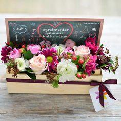 Öğretmeninize bir kasa çiçek hediye etmek ister misiniz? Sizin için hazırladığımız bu tasarıma herkes bayılacak. Kara tahta konsepti önünde, krizantemler, Hipericumlar, Erengüller ve mevsim yeşillikleri ile hazırlanmış şık bir kış aranjmanı. #öğretmenlergünü #teacher #ogretmenlergunu #ogretmen #öğretmen #öğretmenlergünühediyesi #classroom #chalkboard #sınıf #karatahta #tahta