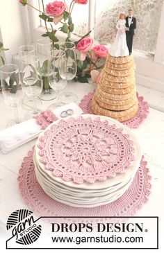 "Set consists of: Crochet DROPS place mats and napkin rings in ""Safran"" and ""Glitter""."