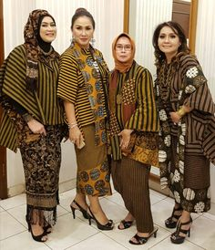 Yes mother may i Kissfeet Batik Kebaya, Kebaya Dress, Batik Dress, Batik Fashion, Ethnic Fashion, Hijab Fashion, Blouse Batik Modern, Dress Batik Kombinasi, Mode Batik