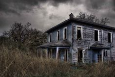 Old farm house Old Abandoned Buildings, Abandoned Property, Old Buildings, Abandoned Places, Abandoned Homes, Creepy Houses, Haunted Houses, Old Farm Houses, Old Barns