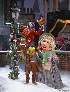 Gonzo, Kermit, Miss Piggy and Robin all sporting some class Century Plaid in Muppet Christmas Carol Muppets Christmas, Christmas Music, Disney Christmas, Christmas Movies, Holiday Movies, Merry Christmas, Christmas Time, The Muppet Christmas Carol, Family Christmas