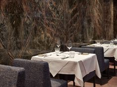 """Frankfurt has a new restaurant. It's called """"Stanley Diamond"""", has a gentlemanly flair that also has its shady sides and pleases the plate with high-end traditional cuisine. Frankfurt, 1960s Living Room, Marble Wall, Acoustic Panels, Green Marble, Outdoor Furniture Sets, Outdoor Decor, Smart Design, Hotel Lobby"""