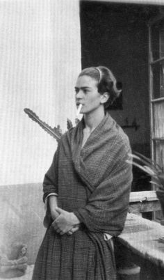 Frida Kahlo. smoking