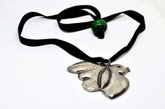 Collier sautoir PARFUMS CACHAREL vintage, un ruban noir avec un pendentif en métal argenté d'un oiseau, grosse perle verte au bout, bon état de la boutique FashionstoryFrance sur Etsy