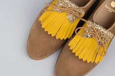 The designer Aurélie Chadaine has designed a collection of tongues and festive franginettes for Bobbies derbies! Sock Shoes, Baby Shoes, Derby, Diy Accessoires, Heel Pain, Classic Wardrobe, Louboutin, Yellow Shoes, Shoe Clips